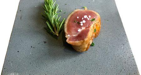 morceau viande sur planche ciment